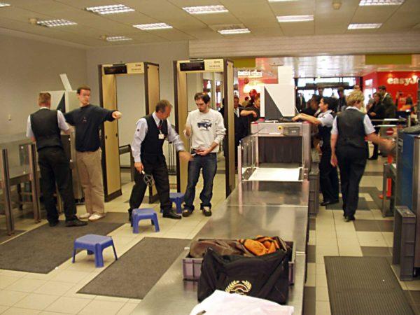 Досмотр граждан при входе в аэропорт