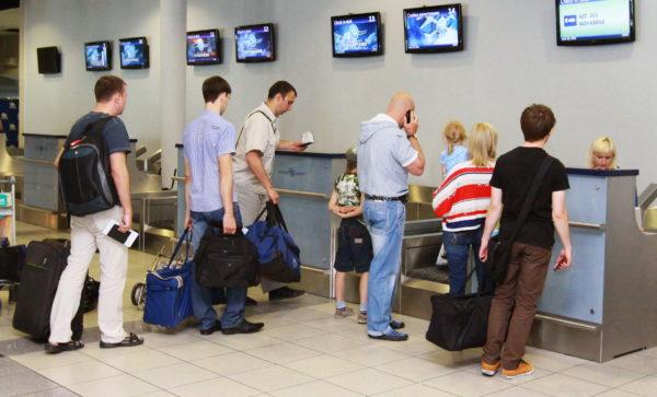 Проходить паспортный контроль в российских аэропортах стало труднее. Теперь простая формальность занимает до десяти минут