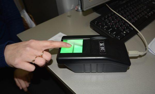 При приеме заявления о выдаче заграничного паспорта с дополнительными биометрическими параметрами помимо цифрового фотографирования заявителя, либо лица, в отношении которого такое заявление подано, будет производиться также сканирование папиллярных узоров указательных пальцев рук лиц, достигших возраста 12 лет