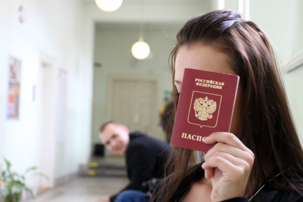 Не стоит доверять получить ваш паспорт посредникам