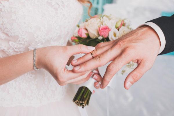Один из самых простых распространенных способов получения гражданства - брак с гражданином РФ