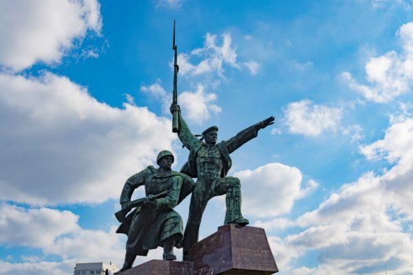 Памятник Солдату и Матросу находится недалеко от Артбухты, на мысе Хрустальный