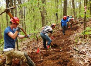 Рабочие расчищают тропу (Appalachian Trail Conservancy)