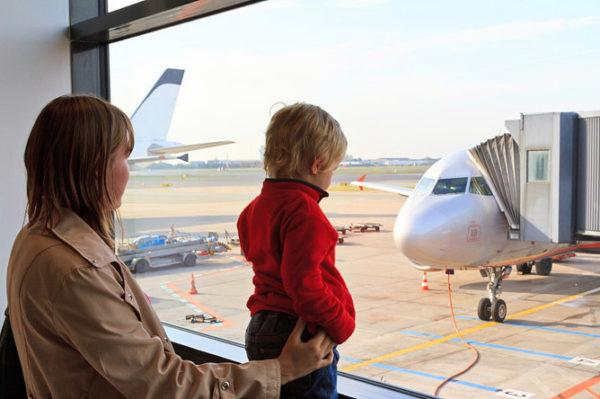 Ребенка можно вписать в свой загранпаспорт и путешествовать без проблем