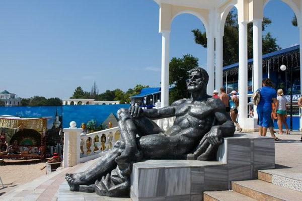 Скульптура легендарного греческого героя Геракла в парке Фрунзе