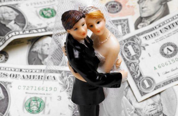 Стоимость фиктивного брака с гражданином Польши или Словакии может составлять 5 тысяч евро, Литвы, Эстонии и Ливии - 7-8 тысяч евро, Западной Европы - от 15-20 тысяч евро и больше
