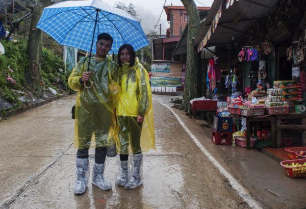 Туристы в городке Сапа в сезон дождей