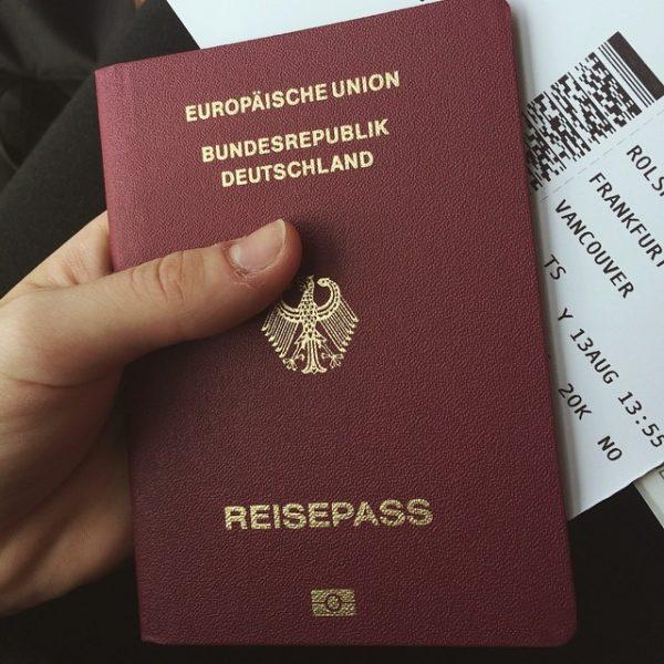Для получения иммигрантами в Германию гражданства следует выполнить следующие условия: проживать в Германии более 8-ми лет, уже иметь ПМЖ, которое получено после ВНЖ, сдать отлично экзамен по немецкому языку