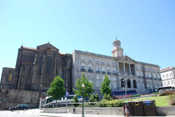 Дворец в неоклассическом стиле был возведен в историческом центре города и является объектом Всемирного наследия ЮНЕСКО