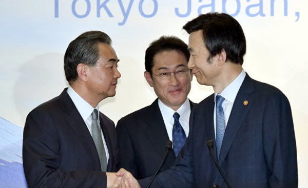 Главы МИД Китая, Японии и РК Ван И, Фумио Кисида и Юн Бёнсе