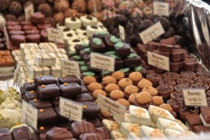 Гости фестиваля могут попробовать разнообразные виды шоколада от самых искусных мастеров, посетить лекции и уроки кулинарии