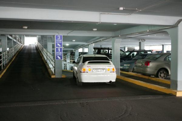 Некоторые парковки на территории аэропорта Внуково работают без охраны