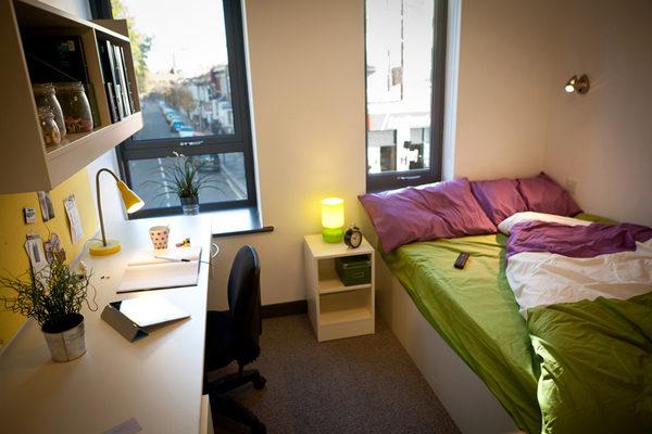 Обычно ВУЗ предоставляет платное место в общежитии