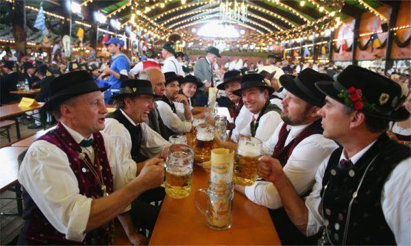 В октябре проводится пивной фестиваль Октоберфест