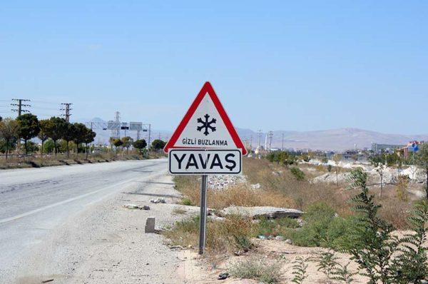 """Дорожный знак с надписью: """"Лёд, езжайте медленно"""""""