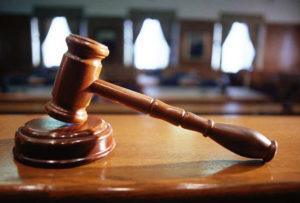 Если отец без веских причин отказывается подписать согласие на вывоз своего чада на отдых за границу, мать имеет право подать на него в суд