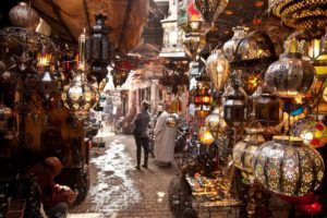 Металлические фонари на рынке в Марокко