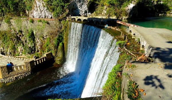 Новоафонский водопад высотой 9 м и длиной 21 м