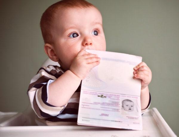 Оформлением загранпаспорта для несовершеннолетнего занимается его законный представитель