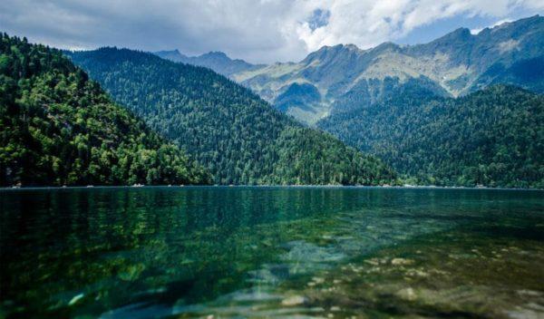 Озеро Рица впечатляющей красоты