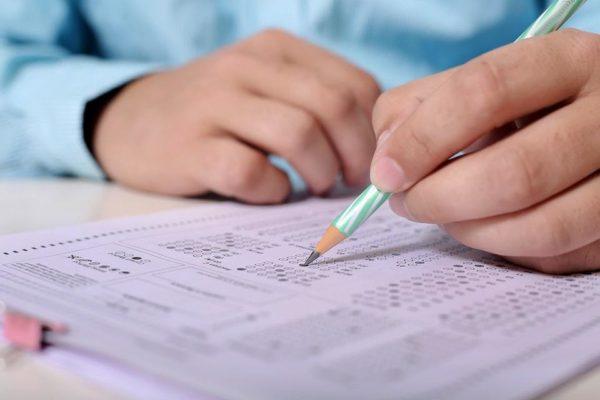 При сдаче вступительных экзаменов абитуриенты должны набрать нужную сумму баллов
