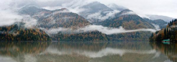 С началом осени в Абхазии проходит дождь, он редко захватывает первую половину сентября, в основном периодически бывает в конце месяца