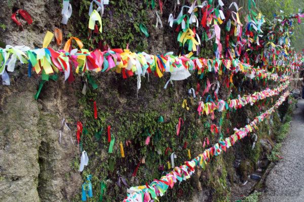 Традиции водопада Девичьи слезы - загадывают желания и повязывают разного цвета ленту