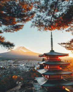 Япония славится густонаселенными городами, императорскими дворцами